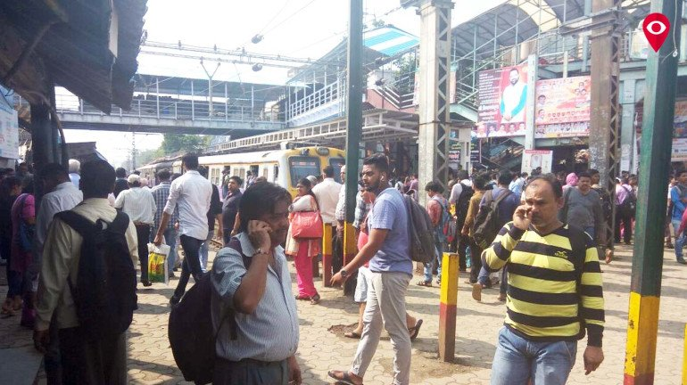 Passengers protest against Western Railway at Naigaon Station