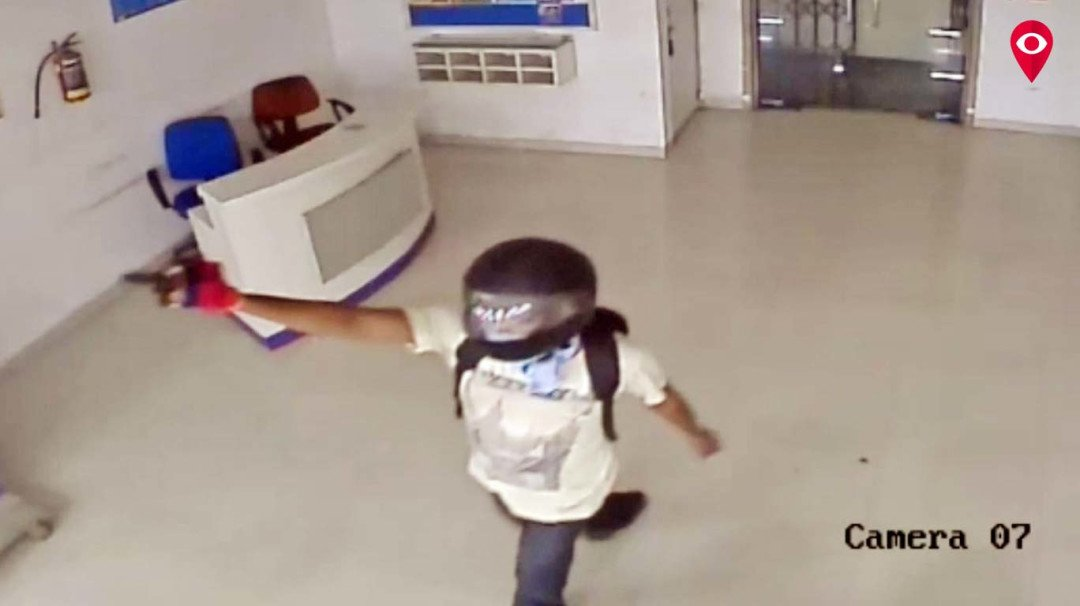 नकली पिस्तौल दिखाकर बैंक लूटने की कोशिश