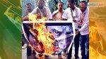 कांग्रेसी कार्यकर्ताओं ने फूंका गोडसे का पोस्टर