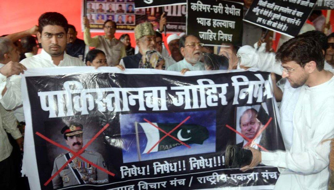 विरोध में जला पाकिस्तानी पीएम का पूतला ।