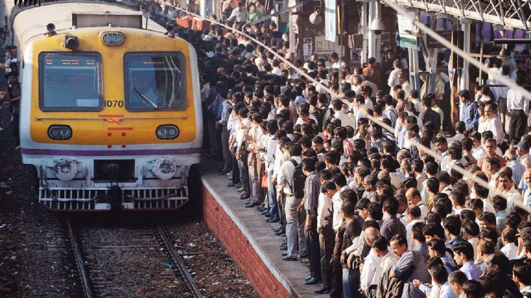 बारिश से बेहाल मुंबई लोकल