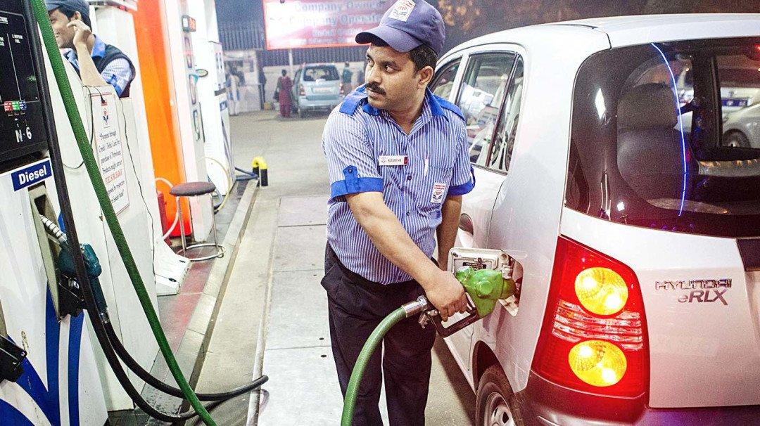 मुंबईकरांना पेट्रोल, डिझेलच्या स्वस्ताईचा दिलासा