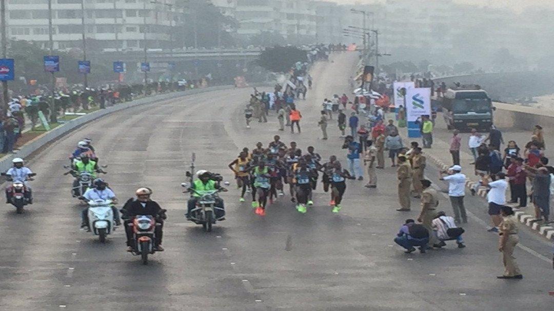 मुंबई मैरथॉन के रंग ...फोटो के संग