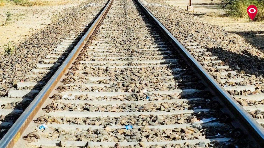 रेलवे ट्रेक पर आत्महत्या करने पहुंची महिला की सूझबुझ से बची जान