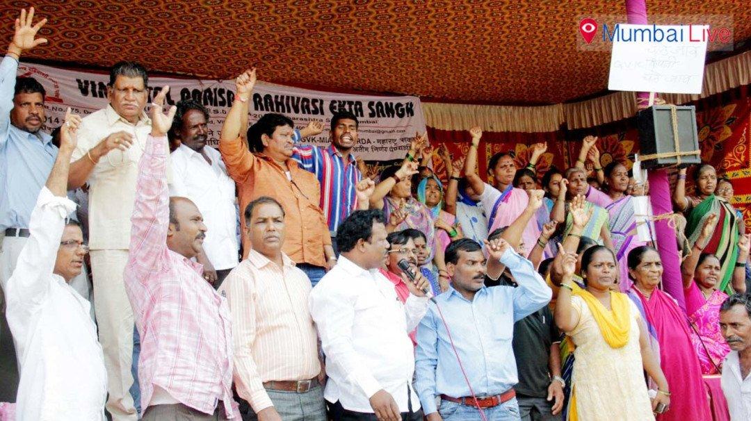 पुनर्वास के मुद्दे पर राज्य सरकार के खिलाफ स्लम-निवासियों का विरोध