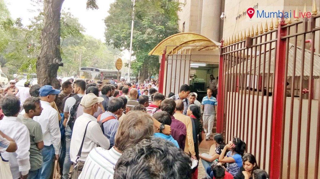 नोट बदलने के लिए रिजर्व बैंक मुख्यालय में भीड़