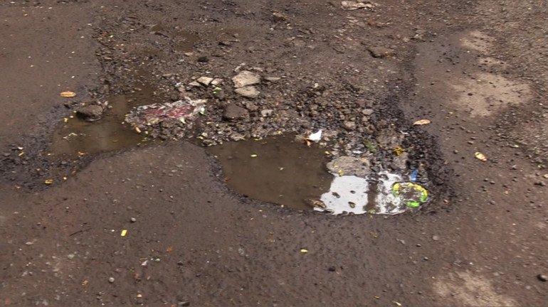 Potholes on Mumbai roads create hinderance for commuters