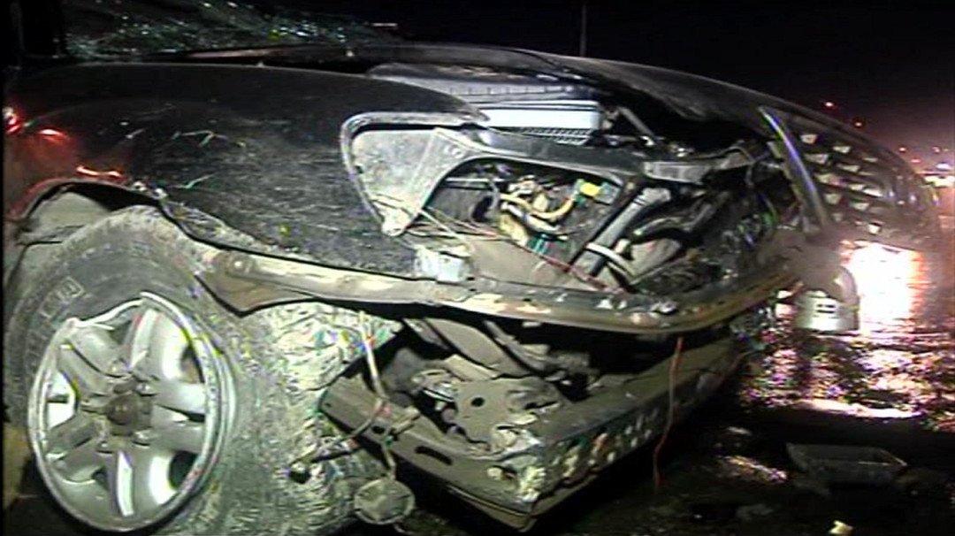 वेस्टर्न एक्सप्रेस पर तेज़ रफ़्तार लेक्सेस कार दुर्घटनाग्रस्त