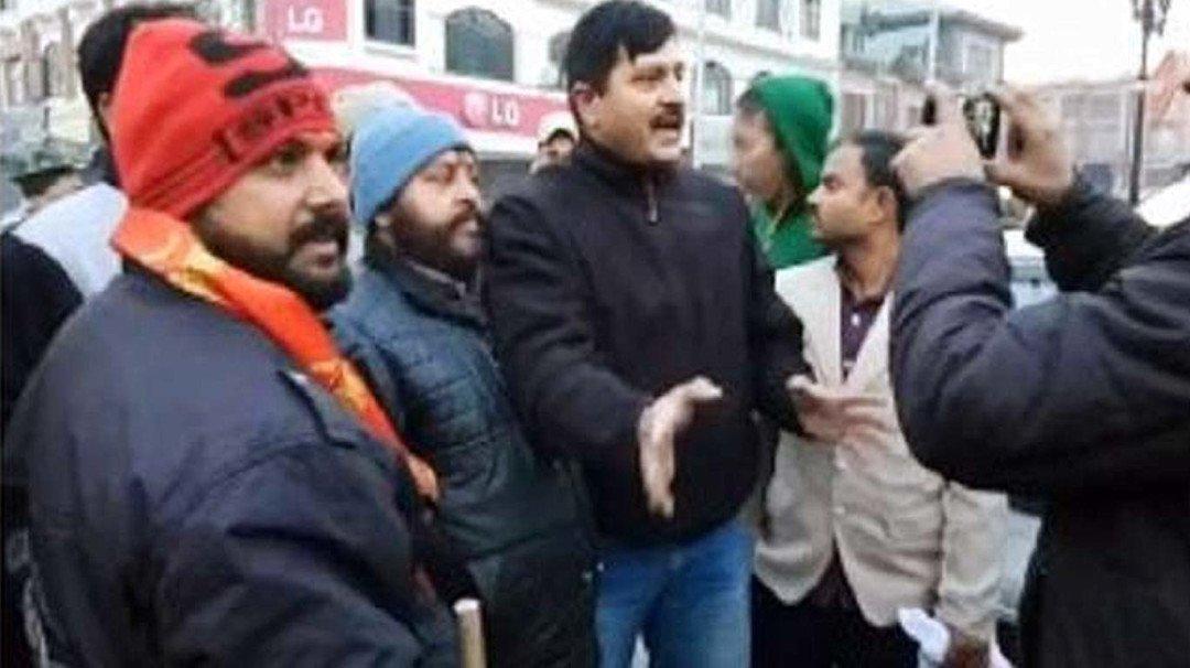 लाल चौक पर झंडा फहराने पर शिवसेना कार्यकताओं को पुलिस ने लिया हिरासत में