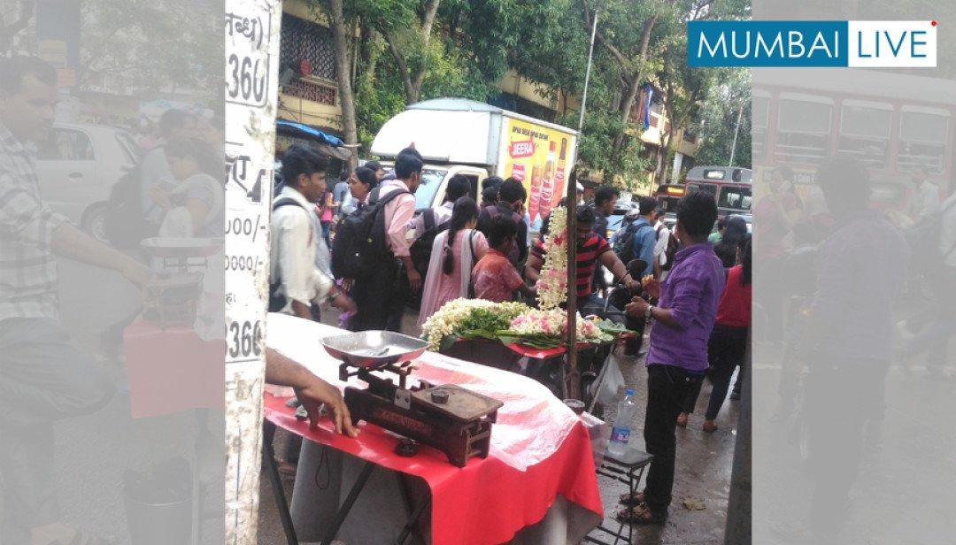 सड़क पर अवैध दुकानदारों का कब्जा ।