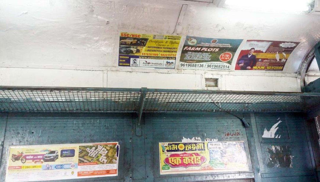 लोकल ट्रेनों में जारी पोस्टरबाजी