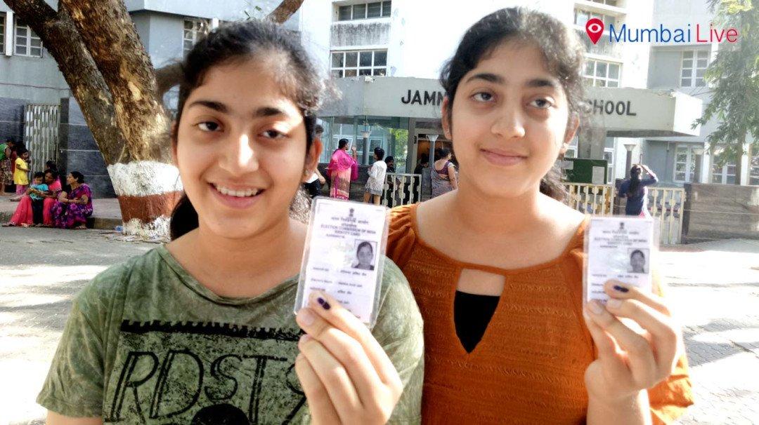 जुळ्या बहिणींनी बजावला मतदानाचा हक्क