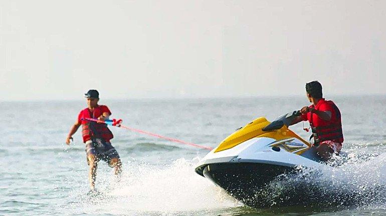 गोव्याला कशाला जाताय राव? मुंबईच्या बीचवरच लुटा वॉटर स्पोर्ट्सचा थरार !