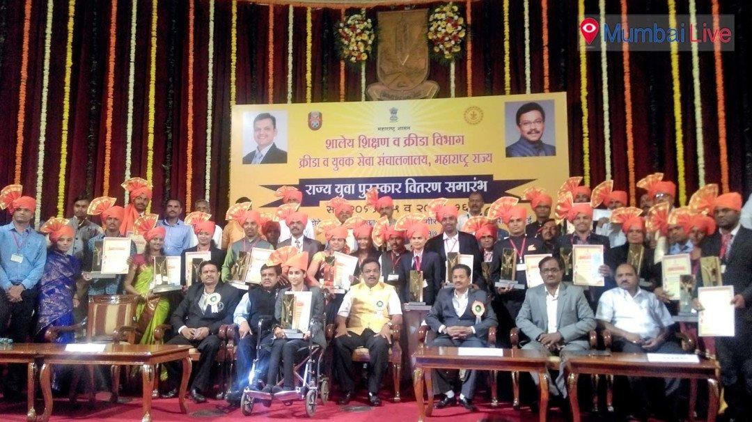 48 युवक-युवती शिक्षामंत्री के हाथों सम्मानित
