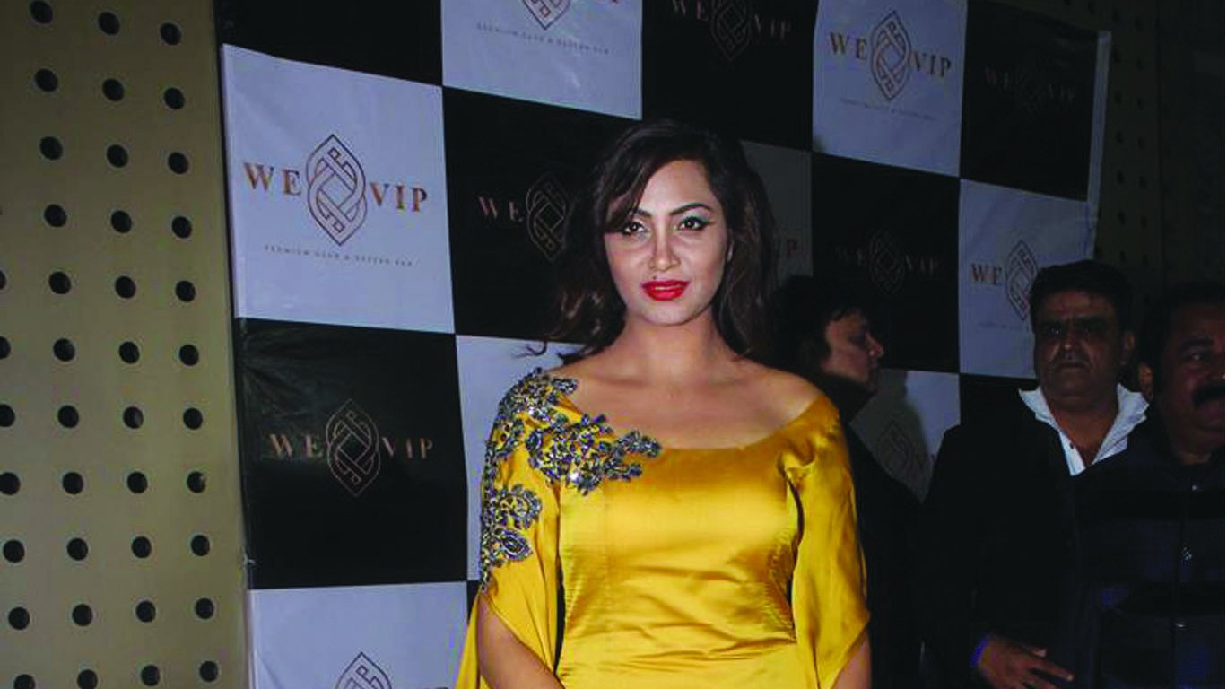 Arshi Khan announces debut with 'Baahubali' Prabhas, Twitterati goes insane!