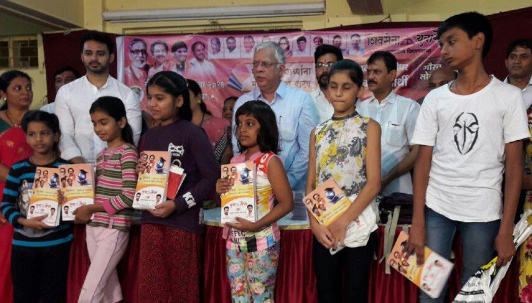 Yuva Sena distributes free books