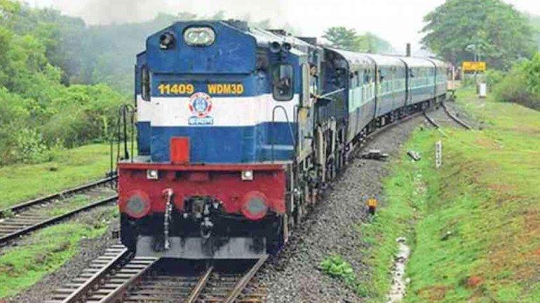 मध्य रेलवे ने मुंबई और पुणे के बीच विशेष ट्रेनें चलाने का फैसला किया