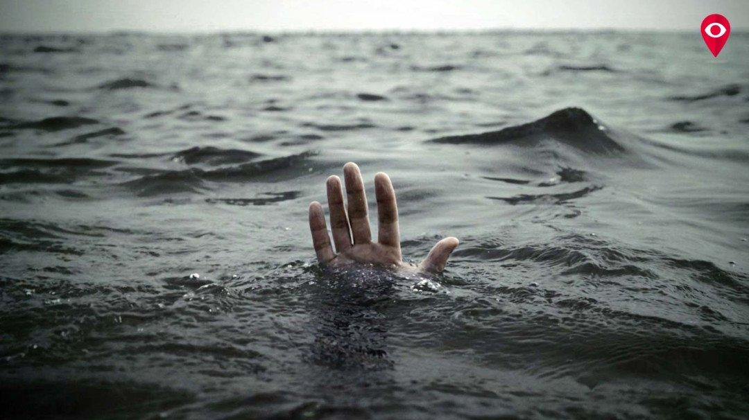 दो बच्चे समुंद्र में डूबे