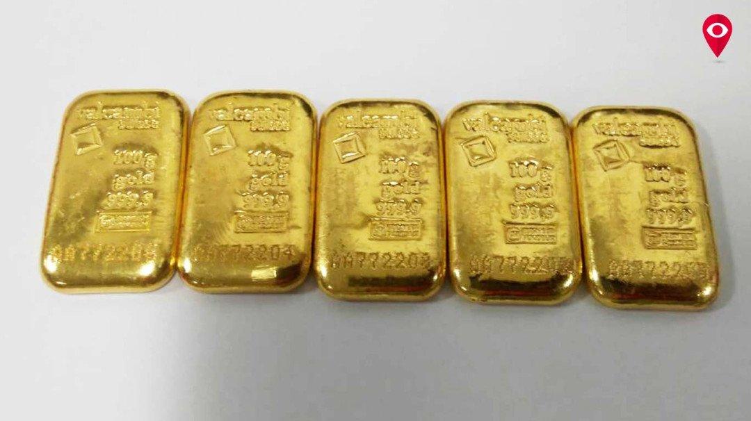 त्याने स्लिपरमध्ये लपवलं 14 लाखांचं सोनं!
