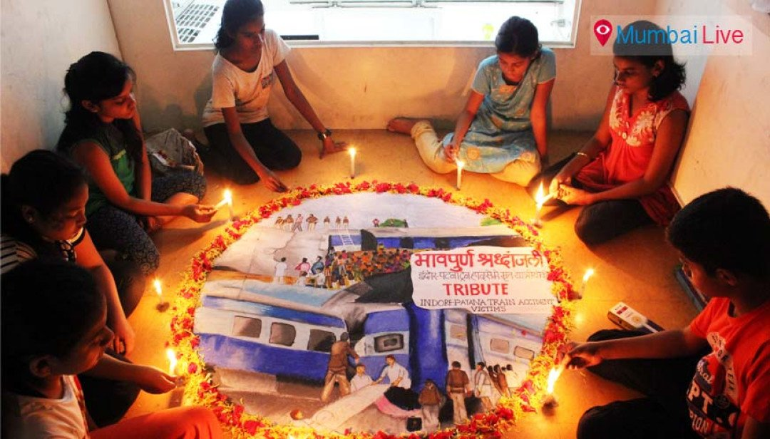 Students pay homage to rail victims