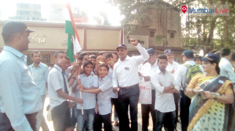 Jawan hoists flag at Wadala police station
