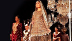 Kareena Flaunts Baby Bump on Ramp!