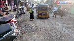 सड़क पर गड्ढे से चलना हुआ दुश्वार