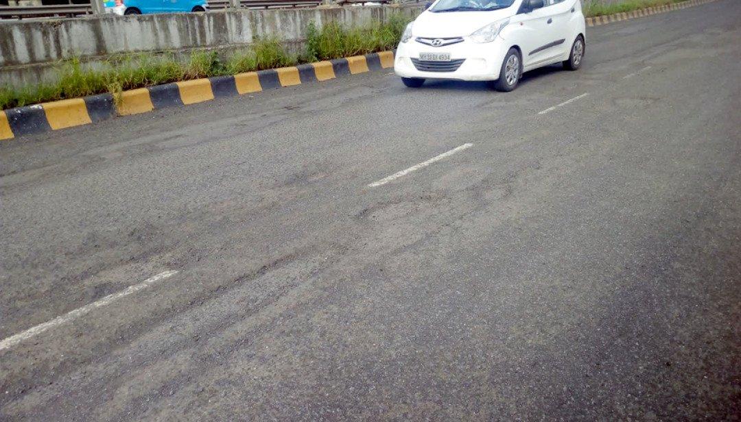 चेंबूर-सांताक्रुझ रोडवर खड्ड्यांमुळे वाहतूक कोंडी