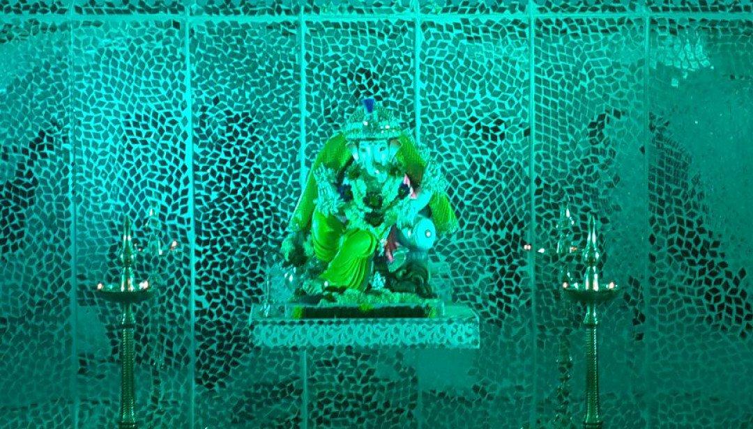 महाराष्ट्र मंडळामध्ये 'आरसे महाला'चा देखावा