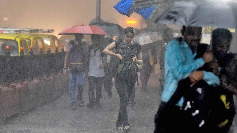 मुंबई में भी दिखा ओखी का असर, सोमवार शाम से जारी है बारिश