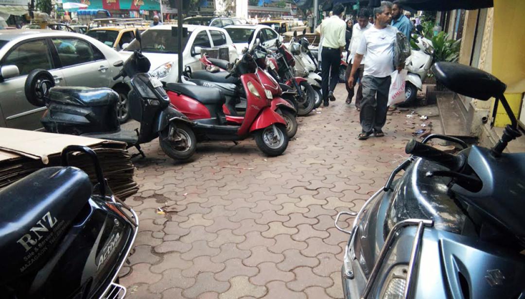 फुटपाथ या पार्किंग जोंन?