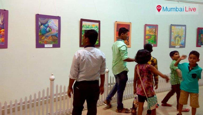 नेहरू सेंटरमध्ये प्रदर्शन