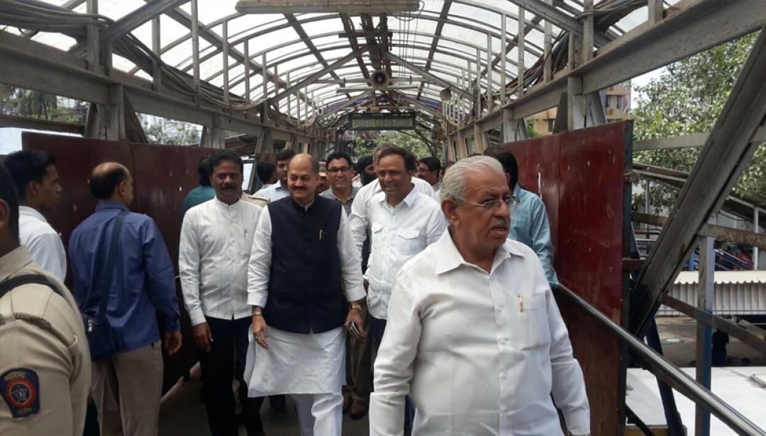 बांद्रा स्टेशन पर रेलवे समिति के अधिकारियों का दौरा!