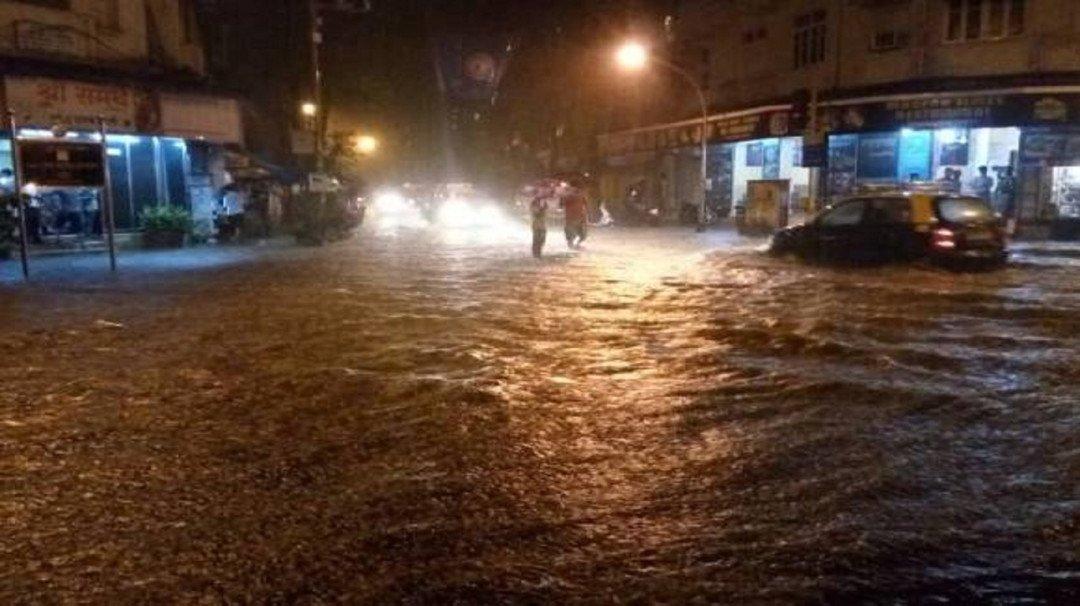 मुंबईत पावसाची दमदार हजेरी, ठिकठिकाणी साचले पाणी