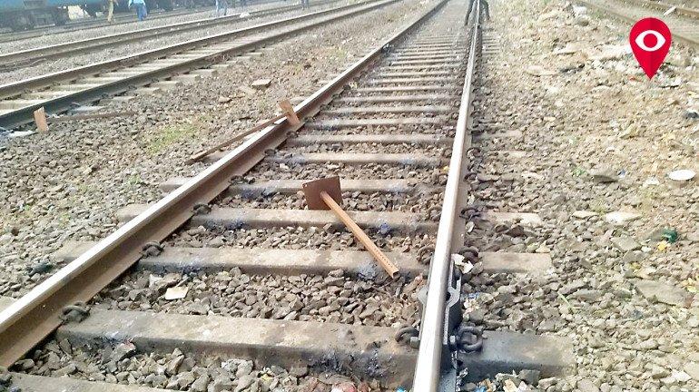 रेलवे ट्रेक पर लोखंड की रॉड मिलने से मचा हड़कंप