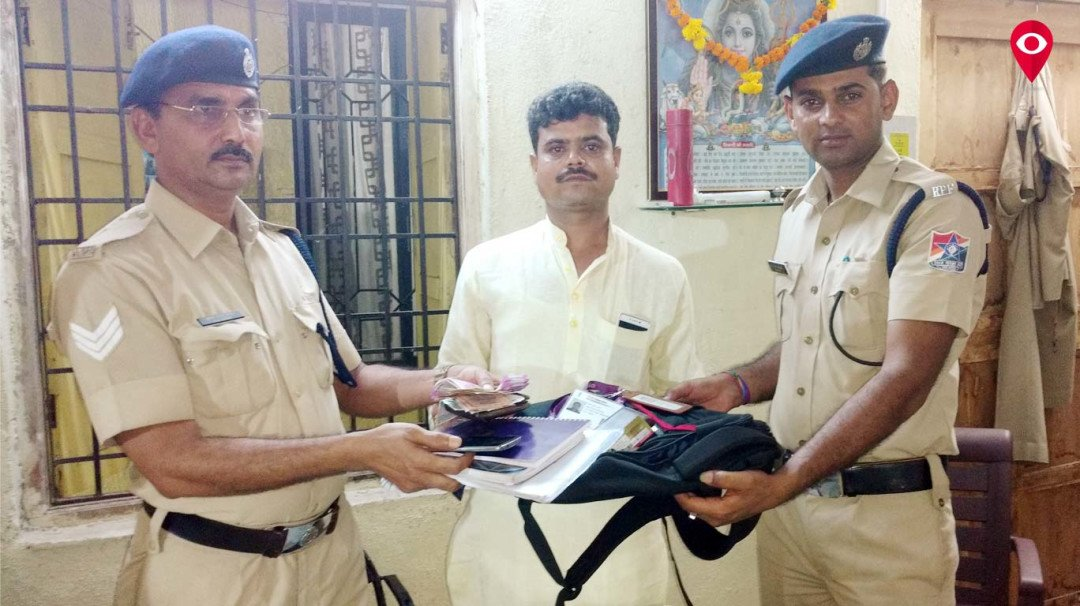 Honest RPF constable returns belongings of a passenger
