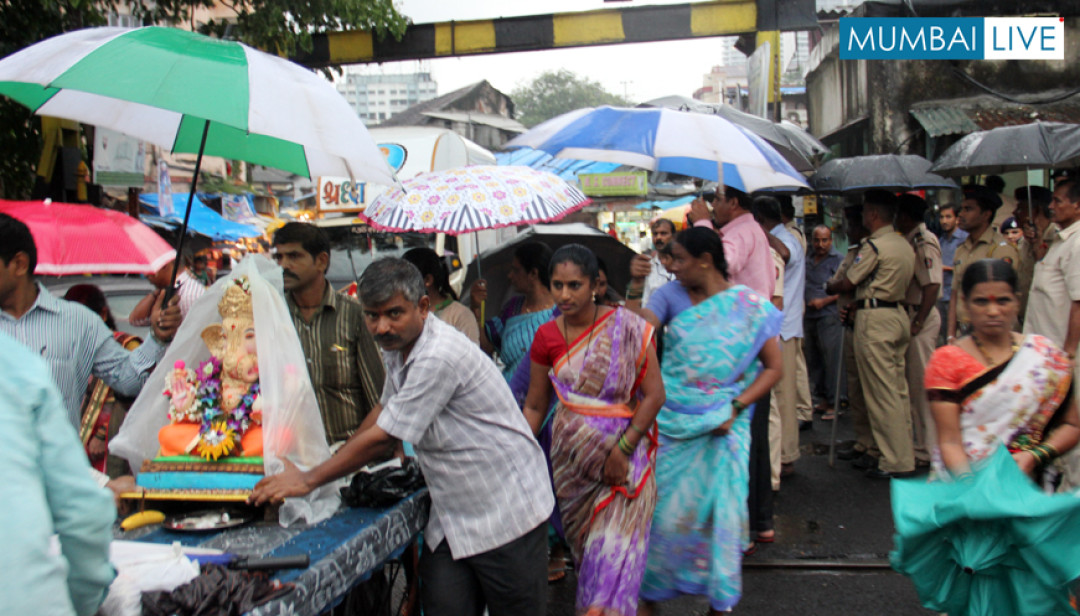 Sewri Railway Crossing Kept open for Devotees