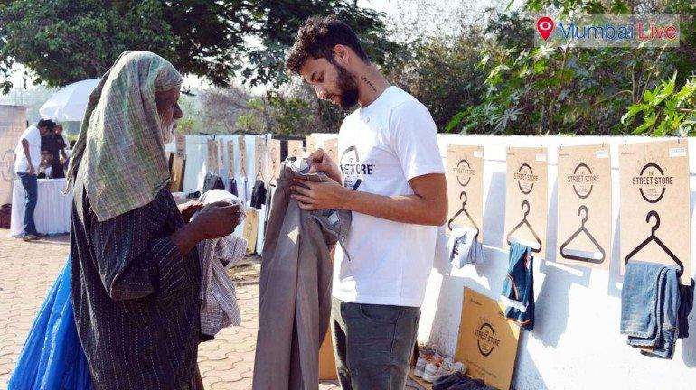 धारावीत 'माणुसकीची भिंत' संकल्पनेला उत्स्फूर्त प्रतिसाद