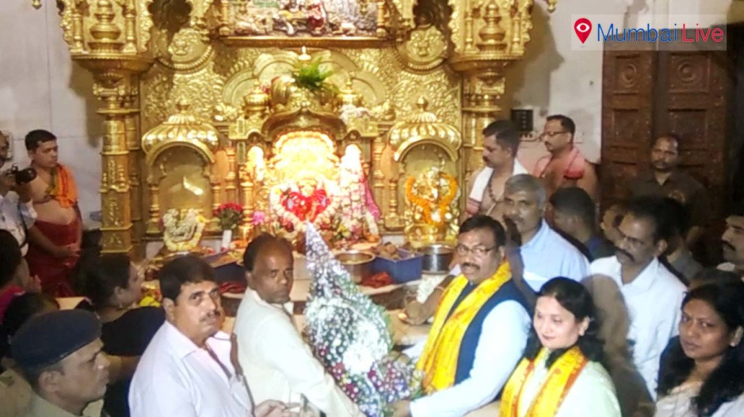 State Finance Minister Sudhir Mungatiwar, visited Siddhi Vinayak Temple