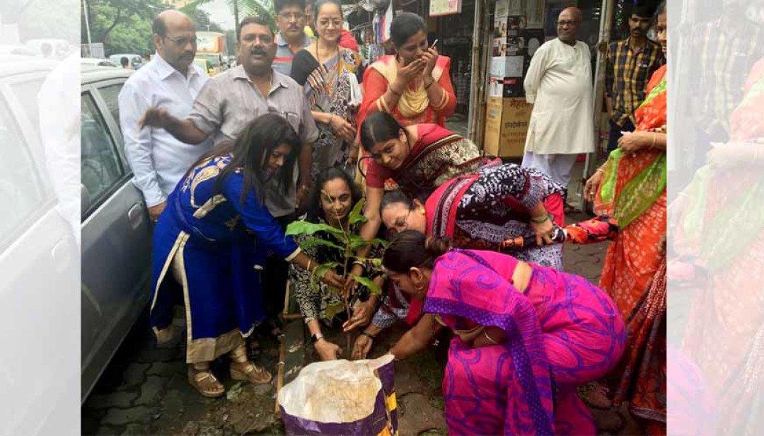 गांधी जयंती पर वृक्षारोपण ।
