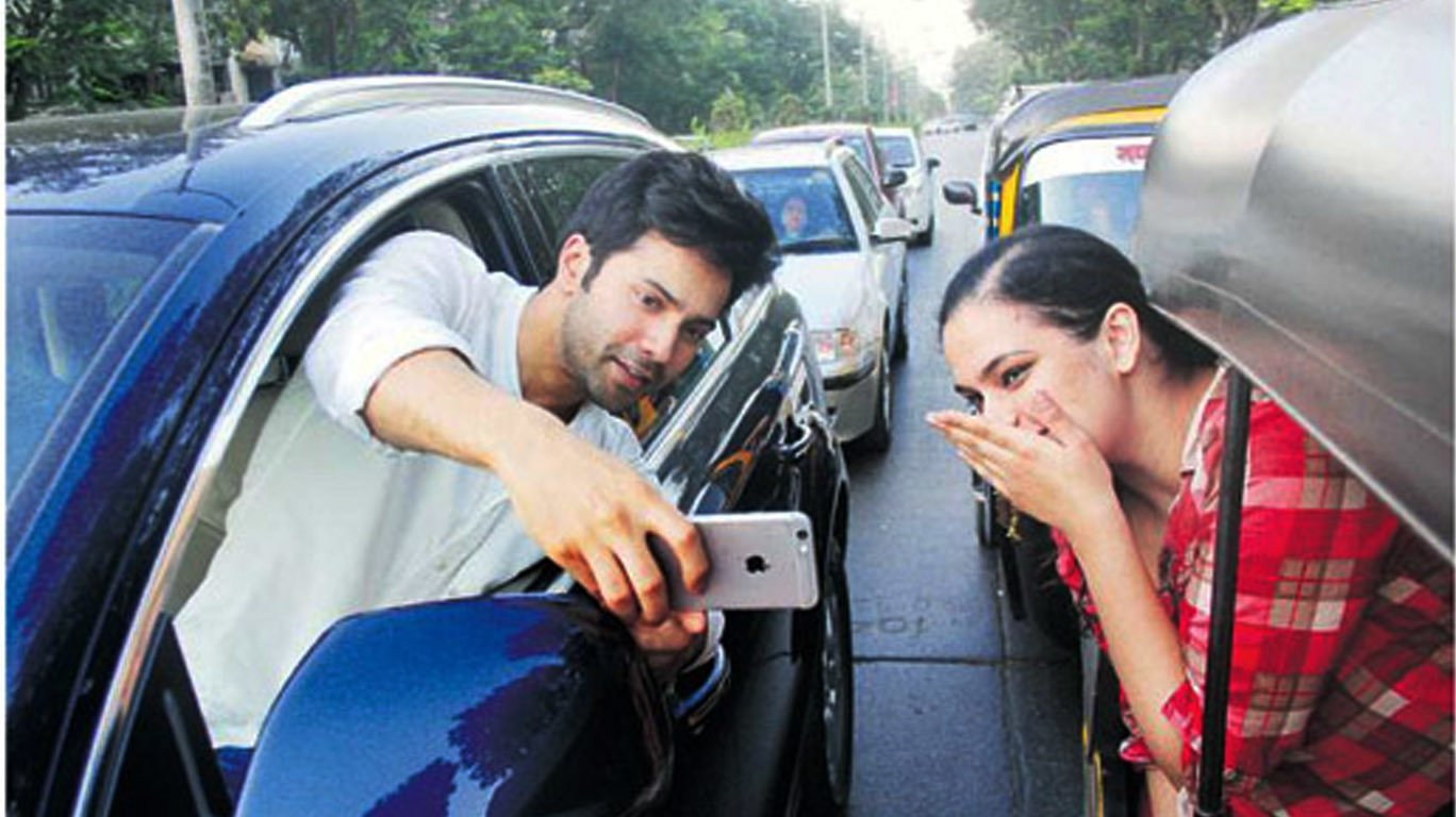 Mumbai police warns Varun Dhawan for clicking a selfie on road