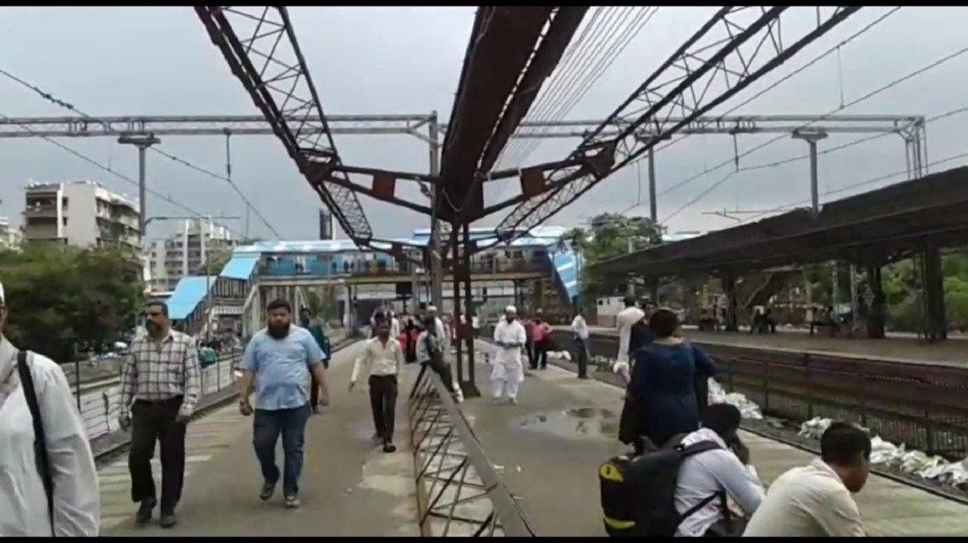 जोगेश्वरी स्टेशन में छत नदारद, बारिश में भीगने को मजबूर यात्री