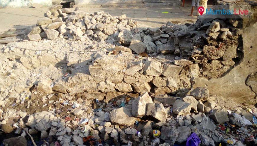 कोकण नगर में गिरी नाले की दीवार