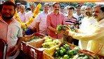 किफायती कीमतों में सब्जी, फल